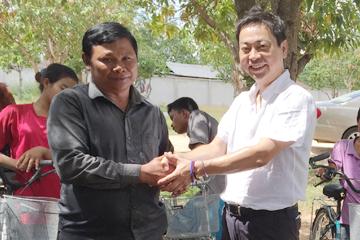 カンボジアで自転車寄付1
