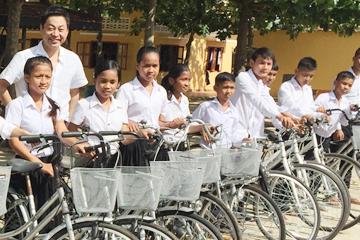 カンボジアで自転車寄付2